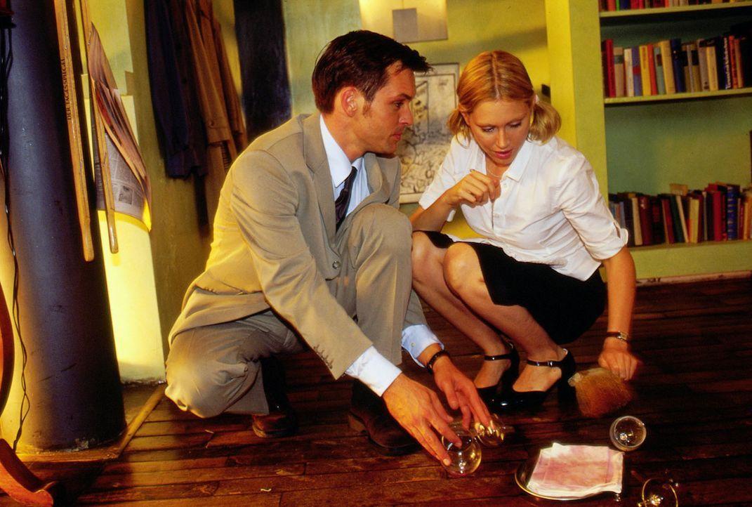 Marie (Gruschenka Stevens, r.) stößt im Restaurant mit Tom (Ole Puppe, l.), ihrem Schwarm aus vergangenen Tübinger Studienzeiten, zusammen ... - Bildquelle: Oliver Ziebe Sat.1