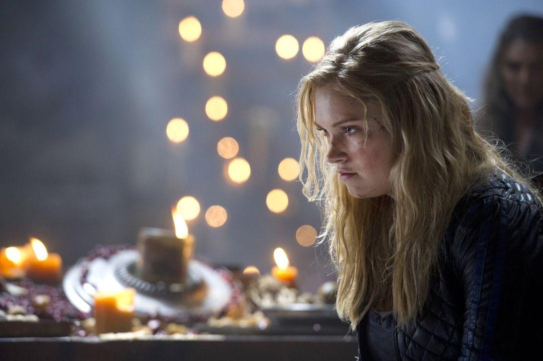 Clarke (Eliza Taylor) muss mit dem klarkommen, dass sie Finn auf dem Gewissen hat ... - Bildquelle: 2014 Warner Brothers