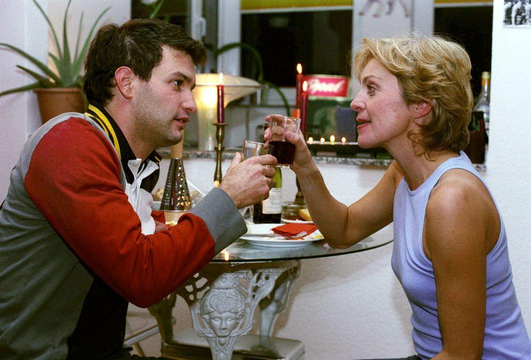 Personenschützer Gino (Luca Zamperoni, l.) und Opernsängerin Maria del Monti (April Hailer, r.) kommen sich näher ... - Bildquelle: Thekla Ehling Sat.1