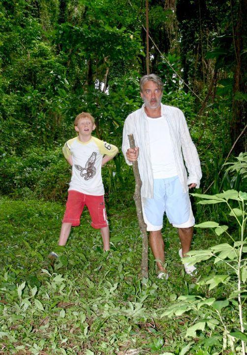 Christian (Christoph M. Ohrt, r.) und Max (Sebastian Husak, l.) machen sich auf, die Insel zu erkunden. Sie finden ein abgestürztes Flugzeug und ei... - Bildquelle: Walter Bailey Sat.1
