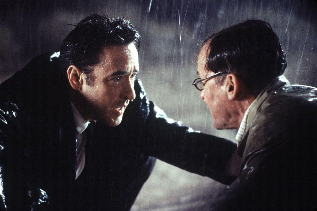 Ed (John Cusack, l.) hat aus Versehen Georges (John C. McGinley, r.) Frau angefahren, die nun schwer verletzt ist. Eine Weiterfahrt ins Krankenhaus... - Bildquelle: 2003 Sony Pictures Television International. All Rights Reserved.