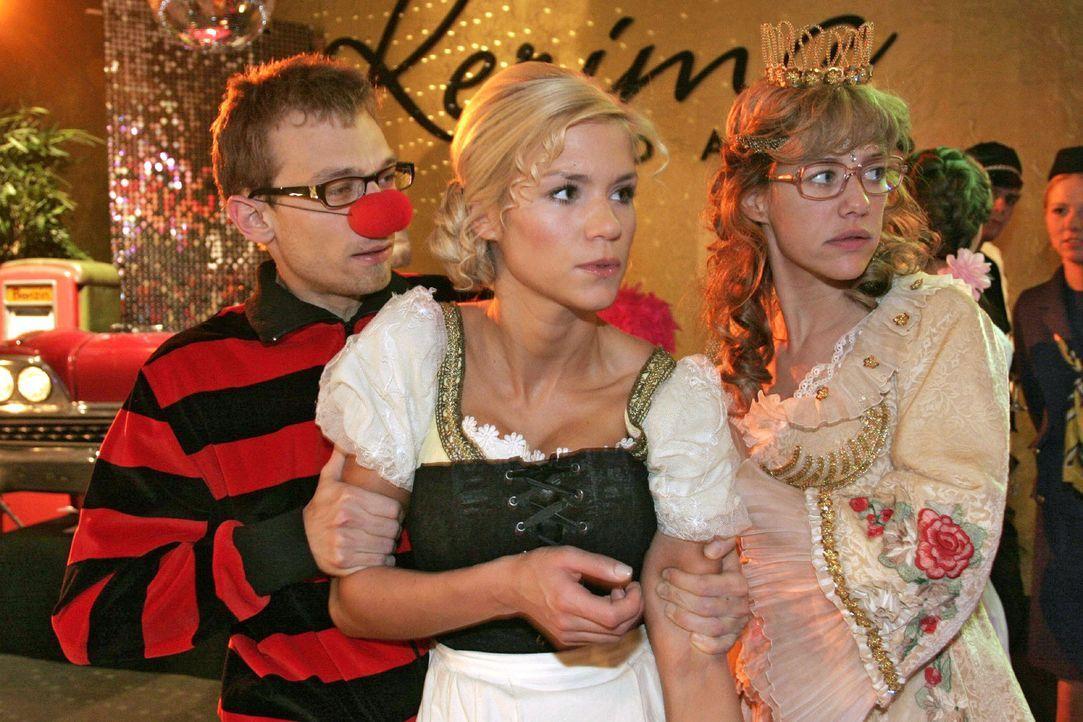 Jürgen (Oliver Bokern, l.) und Lisa (Alexandra Neldel, r.) versuchen Sabrina (Nina-Friederike Gnädig, M.) vom aufgebrachten Richard zurückzuhalte... - Bildquelle: Noreen Flynn Sat.1