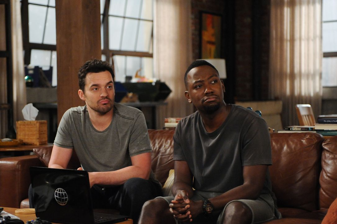Werden sich Nick (Jake Johnson, l.) und Winston (Lamorne Morris, r.) benehmen können, wenn Coach seine neue Freundin mit in die WG bringt? - Bildquelle: 2015 Twentieth Century Fox Film Corporation. All rights reserved.