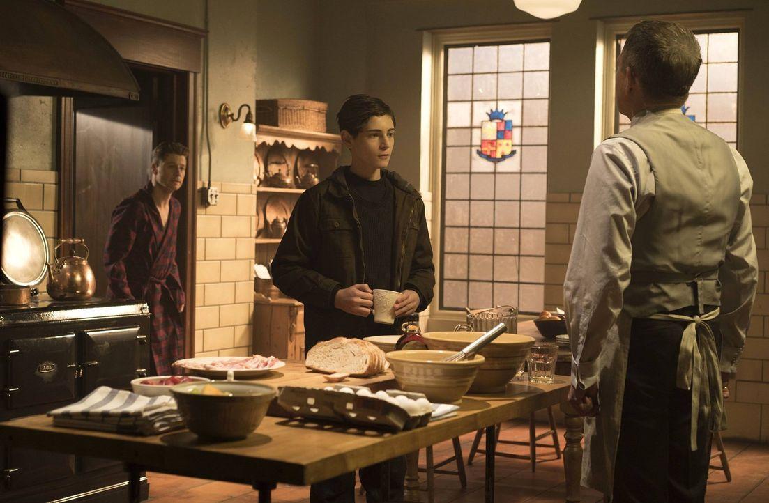 Bruce (David Mazouz, M.) lebt nun mit Selina auf der Straße. Doch als er Gordon (Ben McKenzie, l.) helfen muss, ist er gezwungen wieder nach Hause z... - Bildquelle: Warner Brothers