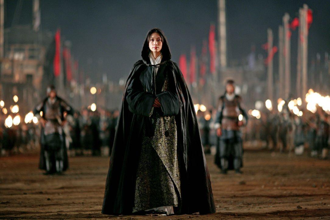 Heimlich macht sich Xiao Qiao (Chiling Lin) auf den Weg in Cao Caos Lager. Wird sie ihn tatsächlich dazu bringen können, den Krieg zu beenden? - Bildquelle: Constantin Film Verleih GmbH