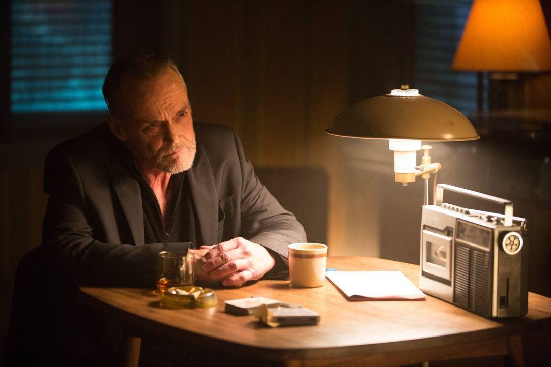 Während Jim Gordon Edward Nygma nach dem Verbleib von dessen Freundin Kristen Kringle befragt, macht sich Bruce auf die Suche nach Matches Malone (M... - Bildquelle: Warner Brothers