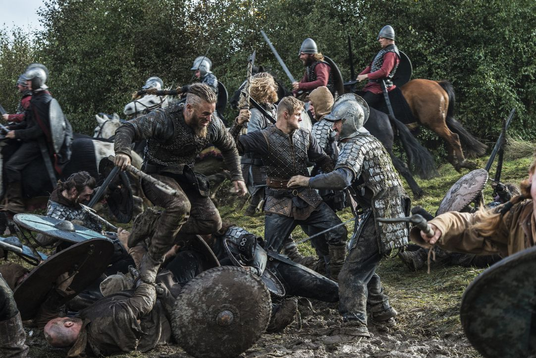 Im Kampf gegen König Ecberts und König Aelles Truppen: Ragnar (Travis Fimmel, vorne l.) und Bjorn (Alexander Ludwig, vorne M.) ... - Bildquelle: 2014 TM TELEVISION PRODUCTIONS LIMITED/T5 VIKINGS PRODUCTIONS INC. ALL RIGHTS RESERVED.