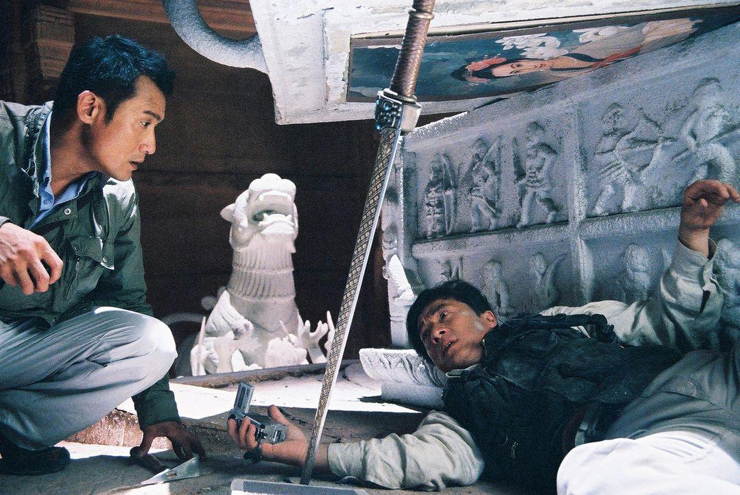 Der Wissenschaftler William (Tony Leung Ka Fai, l.) und der Archäologe Jack (Jackie Chan, r.) versuchen, an den kaiserlichen Schatz im Inneren des... - Bildquelle: Splendid