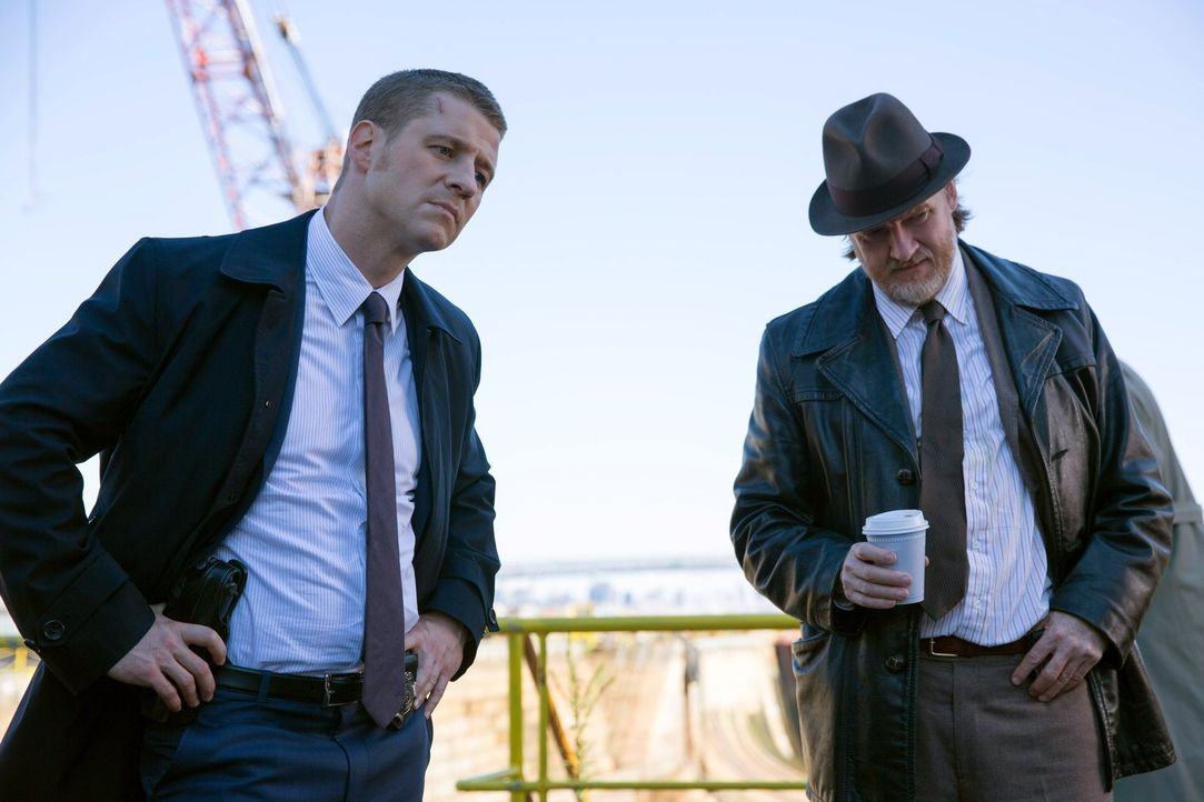 Ermitteln in einem neuen Fall, als ein junger Mann tot aufgefunden wird: Gordon (Ben McKenzie, l.) und Bullock (Donal Logue, r.) ... - Bildquelle: Warner Bros. Entertainment, Inc.