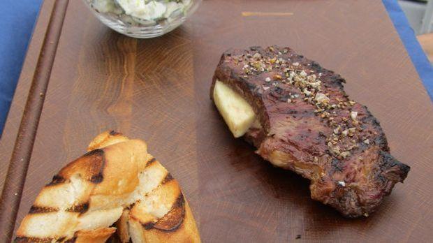 Stuffed BBQ Steak mit Gurken Feta Salat_solo