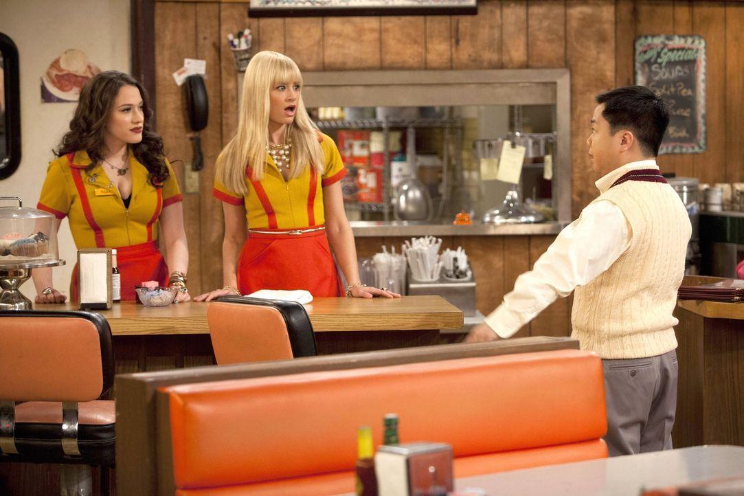 Als Caroline (Beth Behrs, M.) mal wieder zu spät zur Arbeit kommt, wird sie von Han (Matthew Moy, r.) gefeuert. Max (Kat Dennings, l.) versucht zu... - Bildquelle: Warner Bros. Television