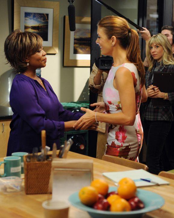 Da sich Sam bereit erklärt hat, bei einer Reality-Show mitzuarbeiten, ist niemand mehr vor dem Fernsehteam sicher: Dee Bennett (Alfre Woodard, l.)... - Bildquelle: ABC Studios