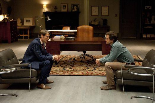 Hannibal - Dr. Hannibal Lecter (Mads Mikkelsen, l.) soll Will Graham (Hugh Da...