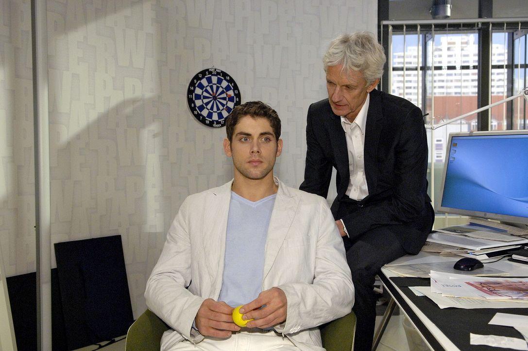 Jonas (Roy Peter Link, l.) und Robert (Mathieu Carrière, r.) beraten sich zu einem Auftrag ... - Bildquelle: Claudius Pflug Sat.1