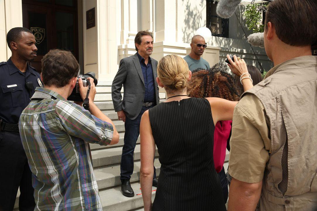 Ein Serientäter treibt sein Unwesen. Das Team um Derek (Shemar Moore, 5.v.l.) und Rossi (Joe Mantegna, 3.v.l.) versuchen alles, um den Fall schnells... - Bildquelle: Cliff Lipson ABC Studios