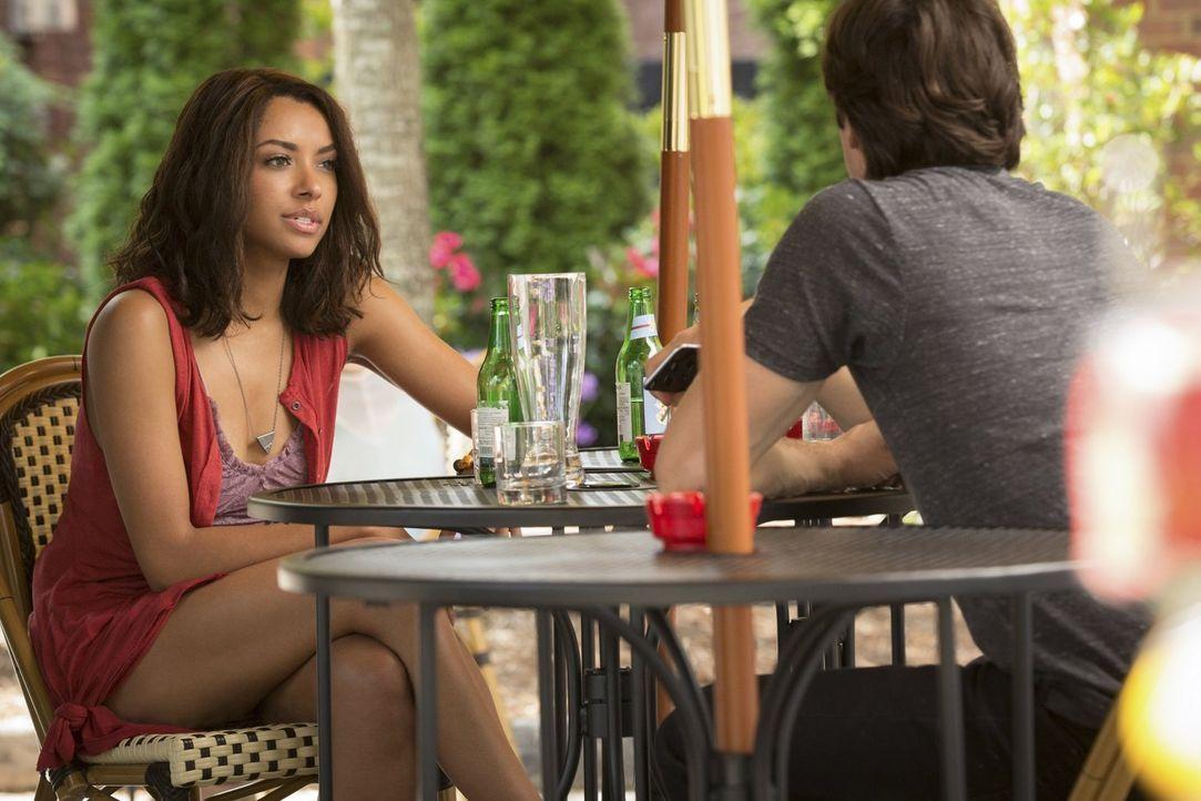 Was werden Bonnie (Kat Graham, l.) und Damon (Ian Somerhalder, r.) tun, als sie erfahren, wer sein blutiges Unwesen in Mystic Falls treibt? - Bildquelle: Warner Bros. Entertainment, Inc.