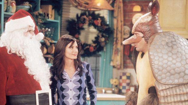 Monica (Courteney Cox, M.) beobachtet den Konkurrenzkampf zwischen dem Weihna...