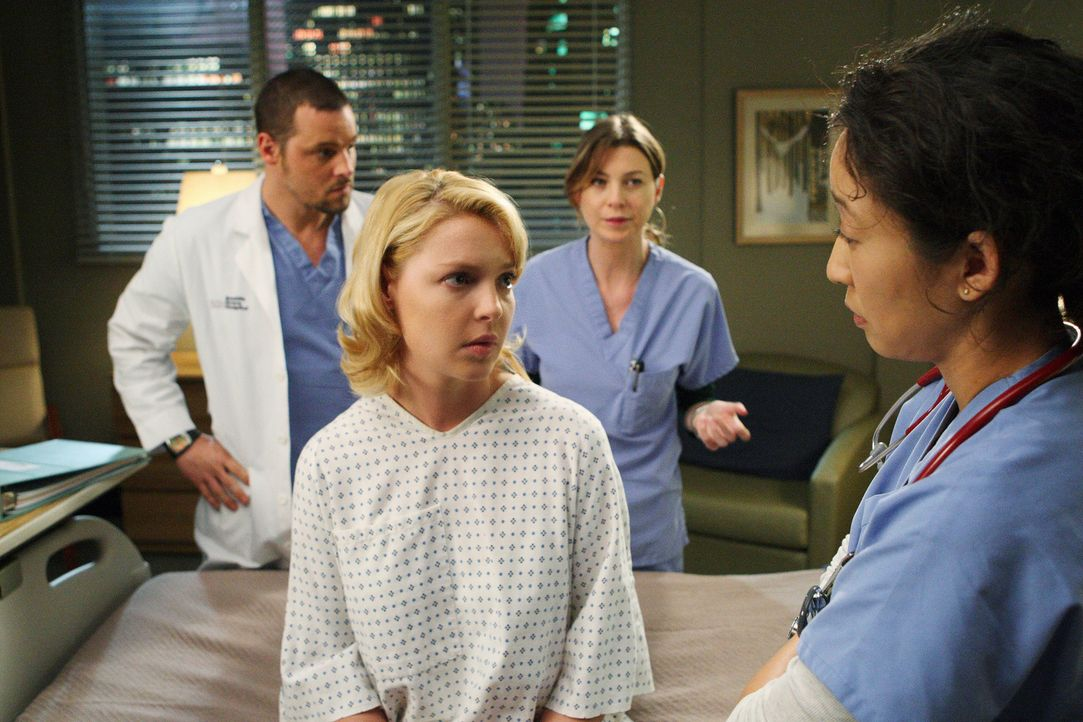 Meredith (Ellen Pompeo, 2.v.r.), Alex (Justin Chambers, l.) und Cristina (Sandra Oh, r.) sind total erleichtert, als Izzie (Katherine Heigl, 2.v.l.)... - Bildquelle: Touchstone Television