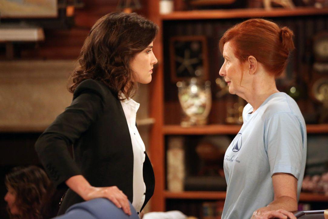 Während Lily und Marshall sauer auf Ted sind, wird Barney dazu gezwungen, einen Streit zwischen seiner Mutter Loretta (Frances Conroy, r.) und Robin... - Bildquelle: 2013 Twentieth Century Fox Film Corporation. All rights reserved.