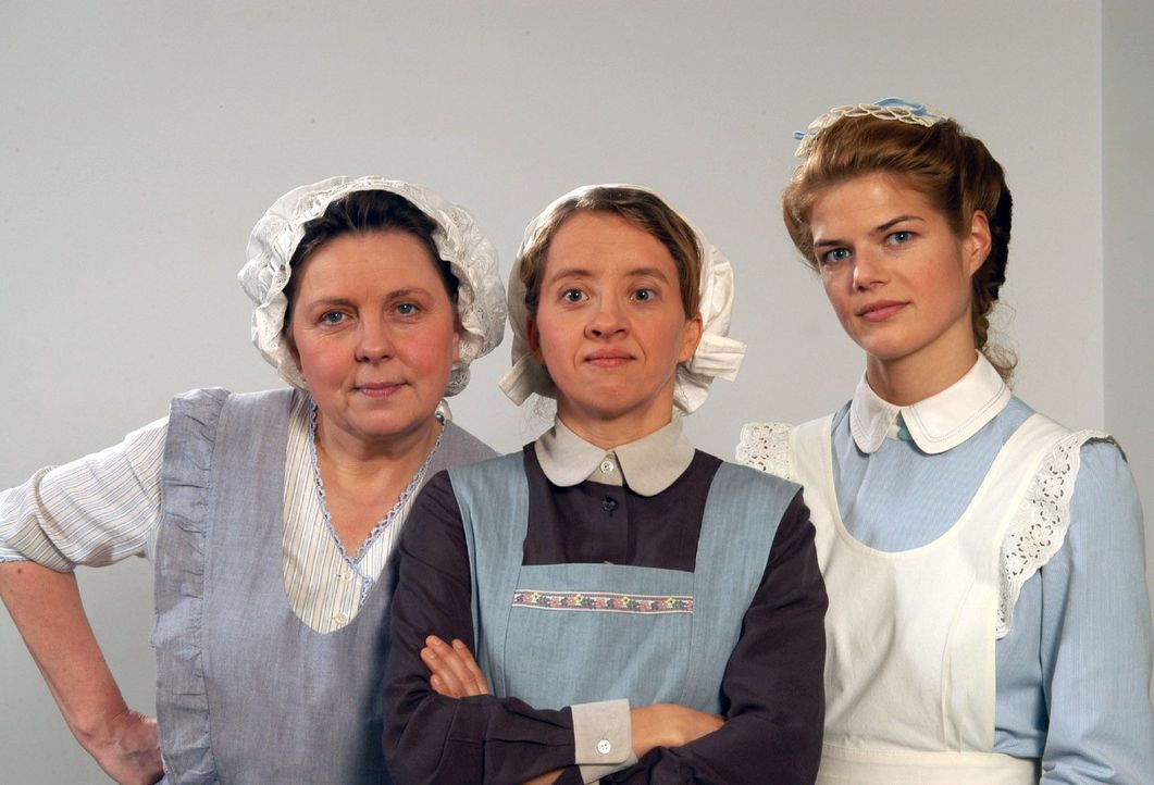 Die Köchin Emma Putlitz (Ramona Kunze-Libnow, l.) und die beiden Dienstmädchen Guste (Anna Böttcher, M.) und Anna (Annekathrin Bach, r.) - Bildquelle: Aki Pfeiffer Sat.1