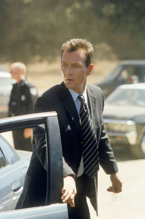Special Agent John Doggett (Robert Patrick) stößt bei Recherchen an seinem aktuellen Fall auf ein 44 Jahre zurückliegendes Ereignis. - Bildquelle: TM +   2000 Twentieth Century Fox Film Corporation. All Rights Reserved.