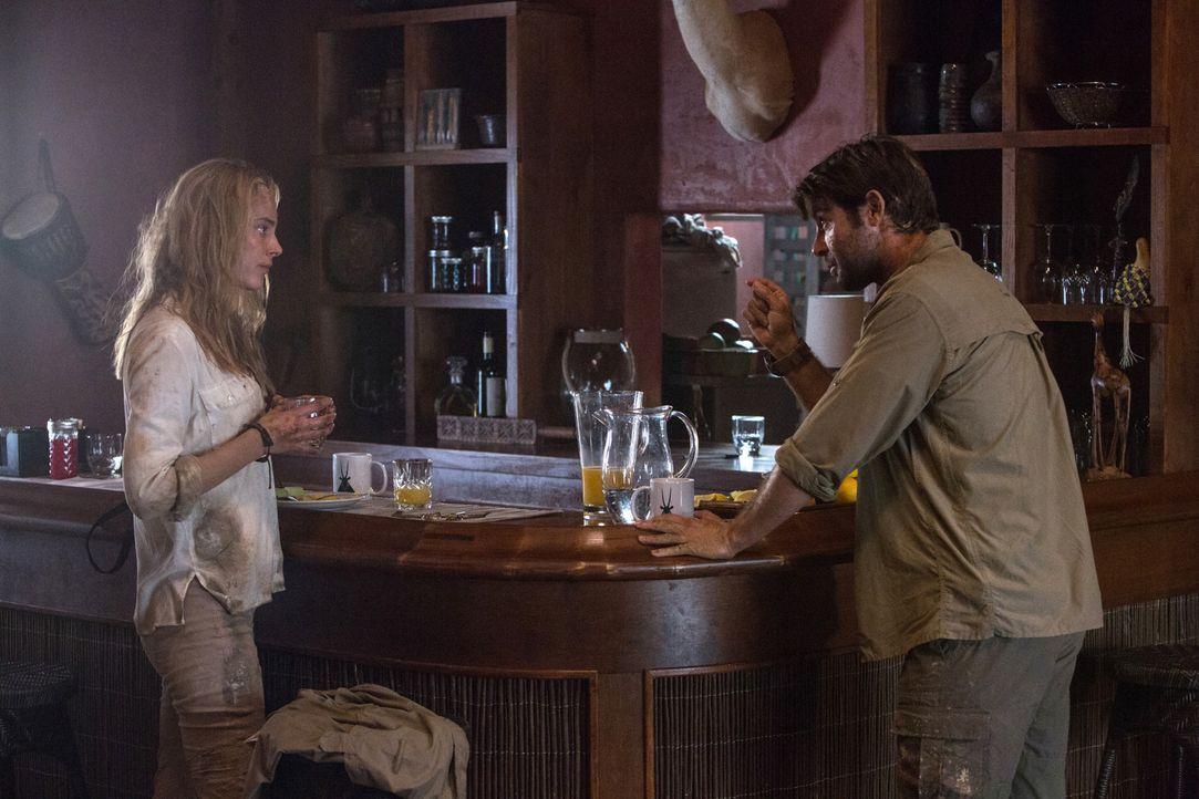 Gerade noch vor Löwen weggelaufen, sind Oz (James Wolk, r.) und Chloe (Nora Arnezeder, l.) jetzt am Überlegen, wie sie entkommen können ... - Bildquelle: Steve Dietl 2015 CBS Broadcasting Inc. All Rights Reserved.