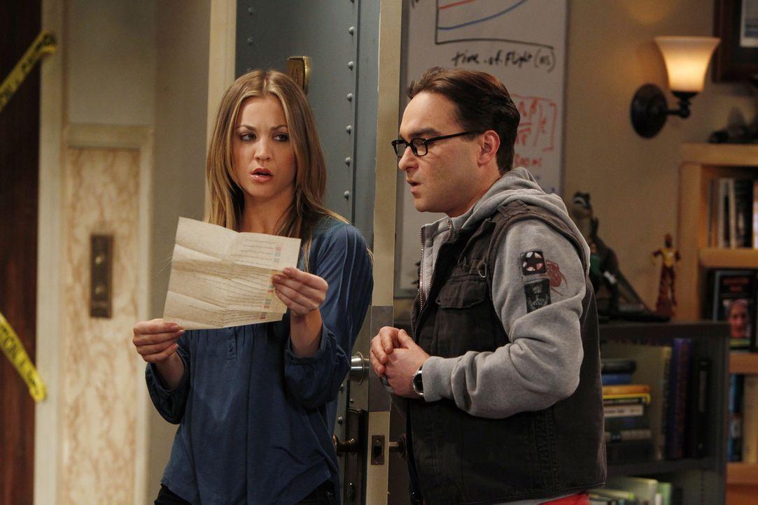 Während Sheldon sein Wissen über Flaggen per Video-Podcast in die Welt verbreiten will, diskutieren Leonard (Johnny Galecki, r.) und Penny (Kaley Cu... - Bildquelle: Warner Bros. Television