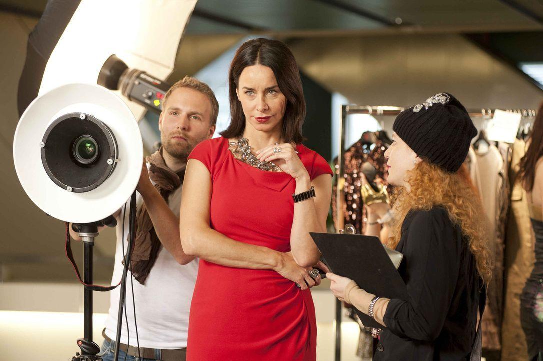 Als Nicky (Katharina Müller-Elmau, M.) gegen den Willen der Stylistin Elsa (Laura Lo Zito, r.) einen ungewöhnlichen Schuh einkauft, von dem sie ü... - Bildquelle: Britta Krehl SAT.1