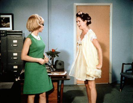 Bezaubernde Jeannie - Jeannie (Barbara Eden, l.) versucht mit allen Tricks, S...