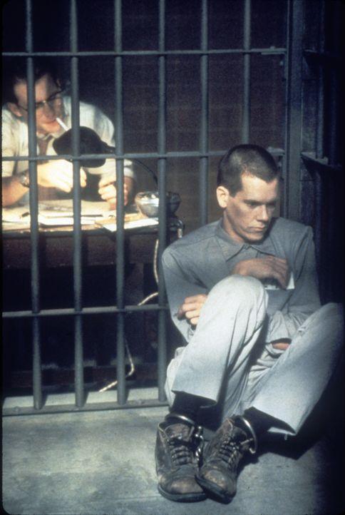Der junge, unerfahrene, aber ambitionierte Anwalt James Stamphill (Christian Slater, l.) will unbedingt die Hintergründe für den unerklärlichen Mord... - Bildquelle: Warner Bros.