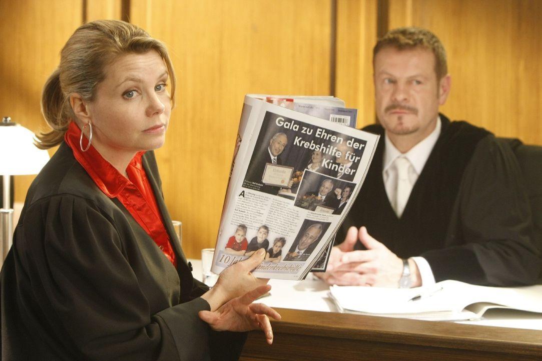 Geht mit viel Willensstärke an ihren neuen Fall heran: Danni Lowinski (Annette Frier, l.) ... - Bildquelle: Frank Dicks SAT.1