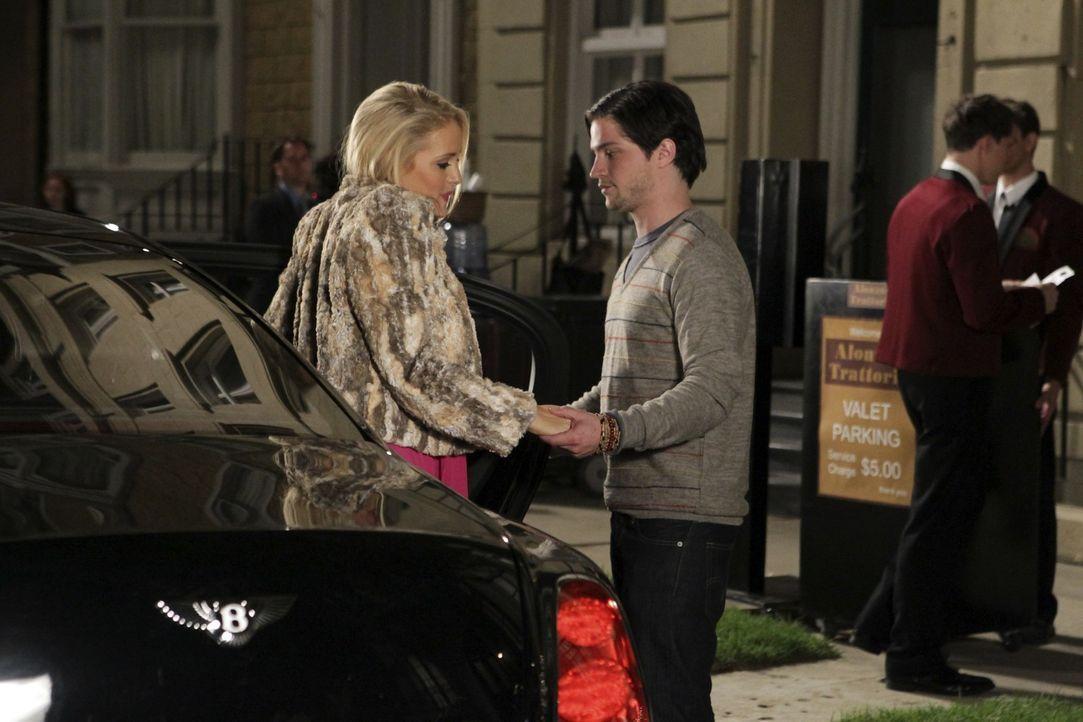 Da Dalia (Carly Chaikin, l.) zum wiederholten Male durch die Führerscheinprüfung gefallen ist, heuert sie Tessa als Fahrerin an um ihren Schwarm S... - Bildquelle: Warner Bros. Television
