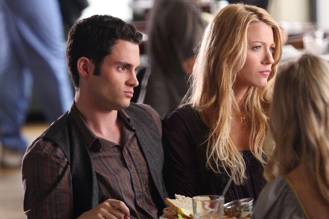 Ein gemeinsame Essen verläuft anders als geplant: Serena (Blake Lively, r.) und Dan (Penn Badgley, l.) sind über die Vergangenheit ihrer Eltern le... - Bildquelle: Warner Brothers