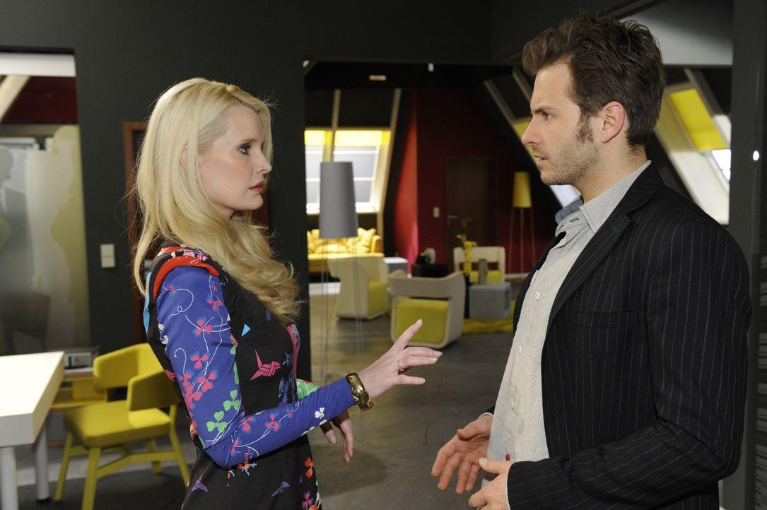 Enrique erfährt, dass die Zeitschrift nicht ganz so glamourös ist, wie er dachte. Monika Hubstedt (Mirja du Mont, l.) und Enrique (Jacob Weigert,... - Bildquelle: SAT.1