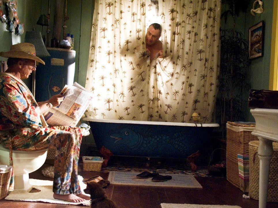 Könnten unterschiedlicher nicht sein: Ex-CIA-Agent Jack Byrnes (Robert De Niro, r.) und der schrullige Hausmann Bernie Focker (Dustin Hoffman, l.). - Bildquelle: DreamWorks SKG