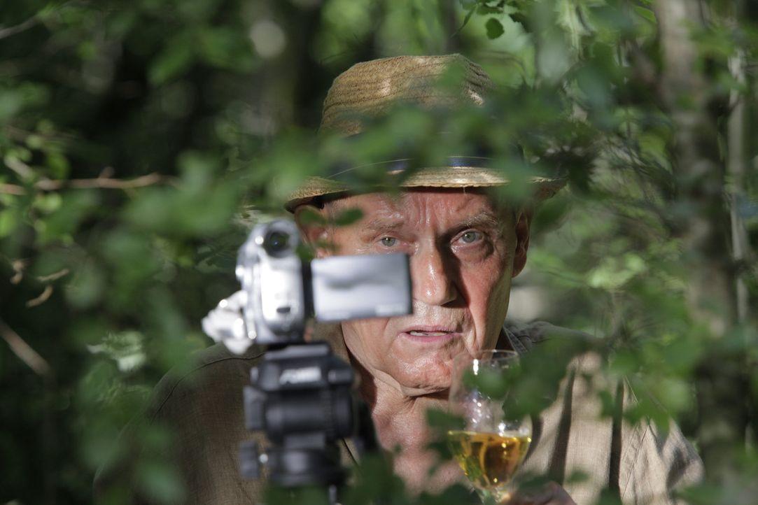 Seit seine Frau spurlos verschwunden ist, filmt Herr Kuhn (Jürgen Schornagel) Tag und Nacht das Kommen und Gehen auf dem Nachbargrundstück ... - Bildquelle: Janez Stucin SAT.1
