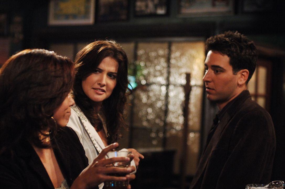 Ted (Josh Radnor, r.) versucht alles, um Robin (Cobie Smulders, M.) von sich zu überzeugen. Doch wird er Erfolg haben? - Bildquelle: 20th Century Fox International Television