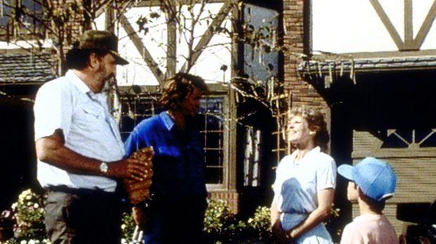 Mark (Victor French, l.) und Jonathan (Michael Landon, 2.v.l.) werden von Bob...