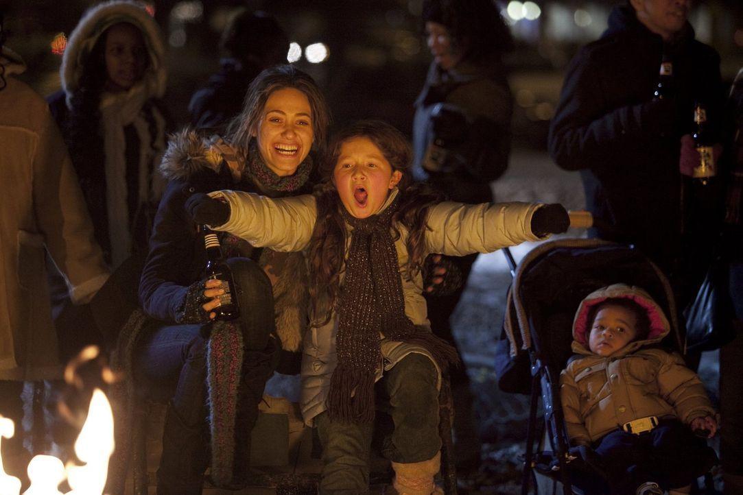Die Eine versucht es mit ehrlicher Arbeit, die Andere mit kleinen Betrügereien: Fiona (Emmy Rossum, l.) und Debbie (Emma Kenney, r.) ... - Bildquelle: 2010 Warner Brothers