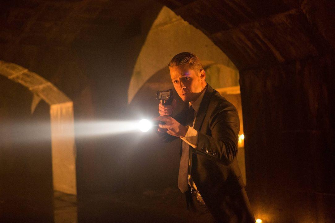 Jim Gordon (Ben McKenzie) konfrontiert einen Verdächtigen, der eine Verbindung zu Theo Galavan hat, doch scheitert dabei, Informationen von ihm zu e... - Bildquelle: Warner Brothers