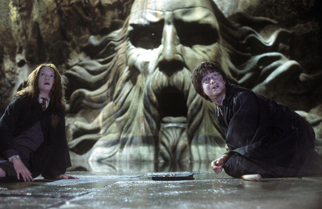 In der letzten Sekunde gelingt es Harry Potter (Daniel Radcliffe, r.), Ginny (Bonnie Wright), l.) aus größter Gefahr zu befreien ... - Bildquelle: Warner Bros. Pictures