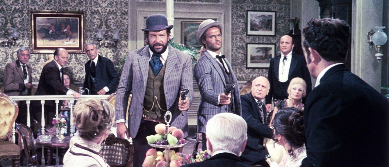 Die beiden Gauner der 'Kleine ' (Bud Spencer, l.) und der 'müde Joe' (Terence Hill, r.) sollte man besser nicht zum Essen einladen ... - Bildquelle: AVCO Embassy Pictures