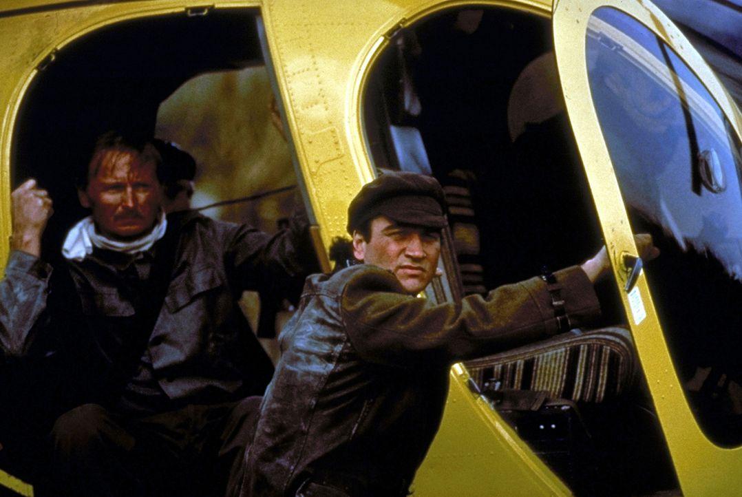 Der US-Geheimagent Shayne Royce (James Belushi, r.) heftet sich an die Fersen der Abtrünnigen. - Bildquelle: Showtime Networks Inc.