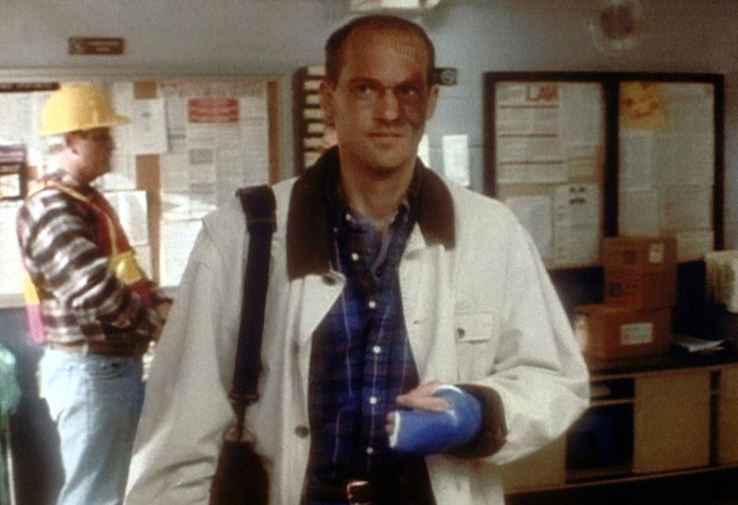 Obwohl Dr. Greene (Anthony Edwards) noch immer an den Folgen des Überfalls auf ihn leidet, nimmt er seine Arbeit wieder auf ... - Bildquelle: TM+  2000 WARNER BROS.