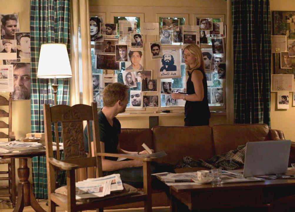 Um herauszufinden, wer hinter Carrie (Claire Danes, r.) her ist, geht sie gemeinsam mit Jonas (Alexander Fehling, l.) ihre Vergangenheit durch. Doch... - Bildquelle: Stephan Rabold 2015 Showtime Networks, Inc., a CBS Company. All rights reserved.