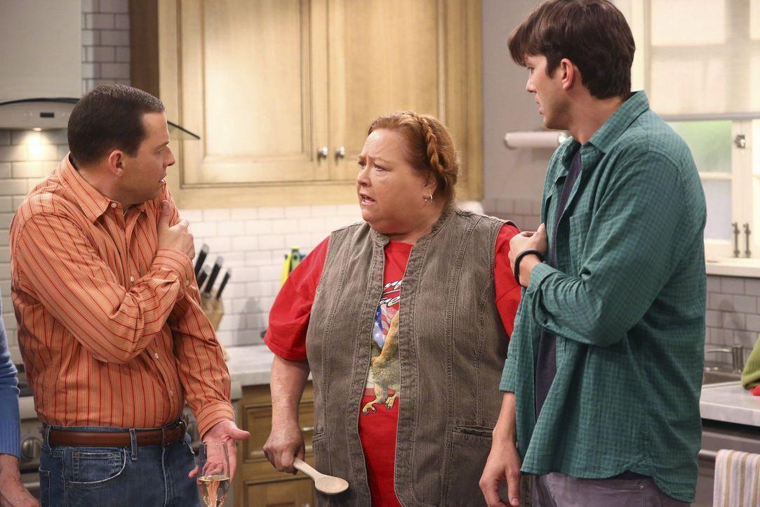 Berta (Conchata Ferrell, M.) ist nicht begeistert von Walden (Ashton Kutcher, r.) und Alans (Jon Cryer, l.) Plan zu heiraten. Doch wird sie die beid... - Bildquelle: Warner Brothers Entertainment Inc.