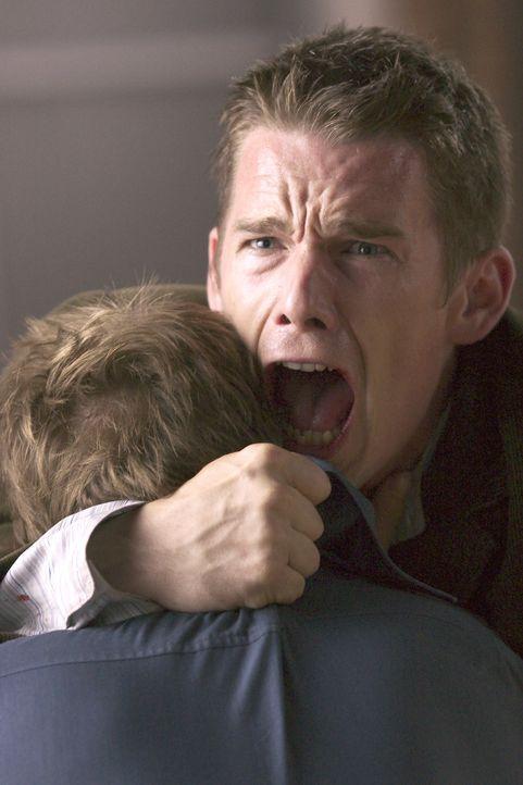 John Costa (Ethan Hawke) ist Zeuge des jüngsten Mordes eines Serienkillers geworden. Jetzt liegt es nahe, dass der Täter ihn beseitigen wird. Und ta... - Bildquelle: Warner Bros.