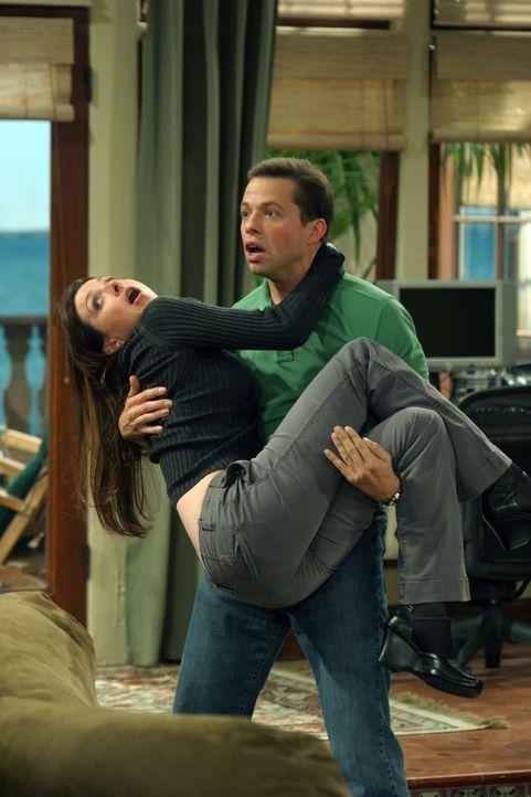 Alan (Jon Cryer, r.) freut sich, als er erfährt, dass Judith (Marin Hinkle, l.) mit ihrem Freund Schluss gemacht hat ... - Bildquelle: Warner Bros. Television
