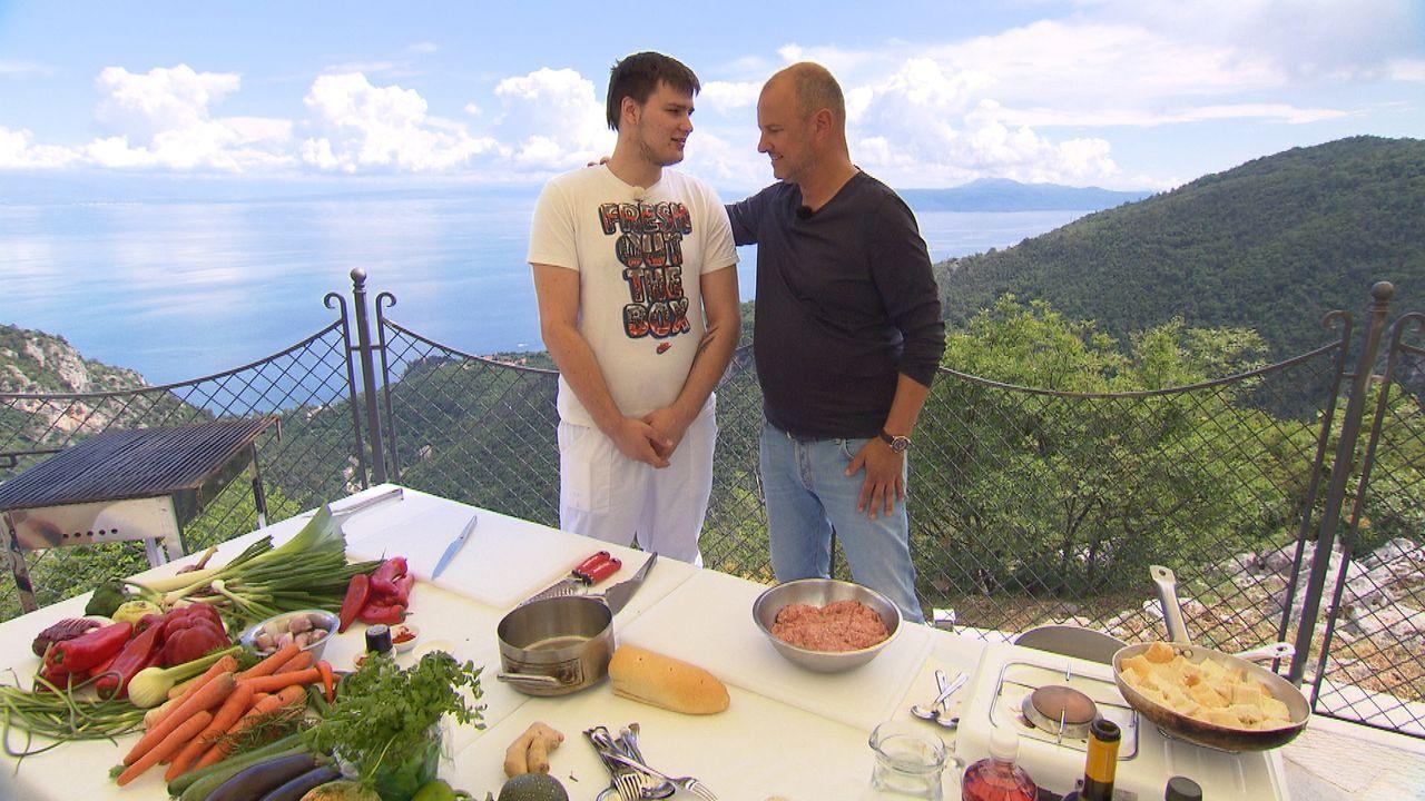 """Frank Rosin (r.) will Marc (l.) zeigen, wie er seinen Eltern unter die Arme greifen und deren Restaurant """"Konoba Marun"""" retten kann ... - Bildquelle: kabel eins"""