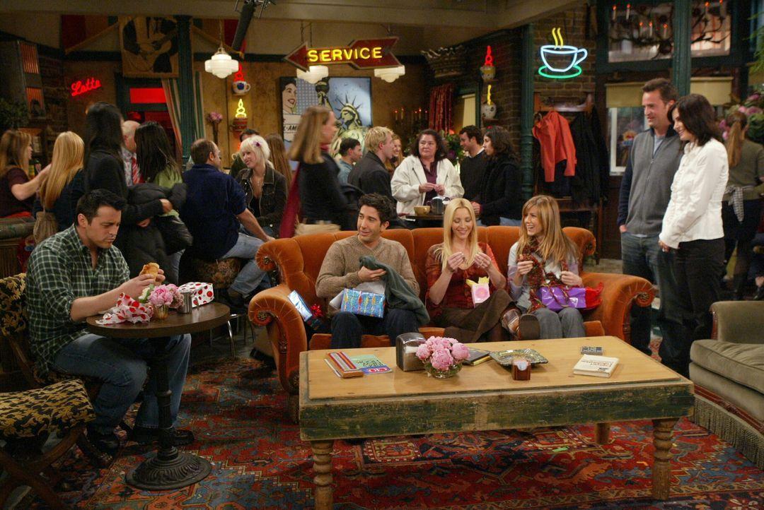 Für Monica (Courteney Cox, r.) und Chandler (Matthew Perry, 2.v.r.) steht fest, dass ihr Baby nicht in der Stadt groß werden soll, doch wie bringen... - Bildquelle: 2003 Warner Brothers International Television